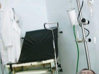 咬住在gyno椅子的jane貓在診所在窺器期間
