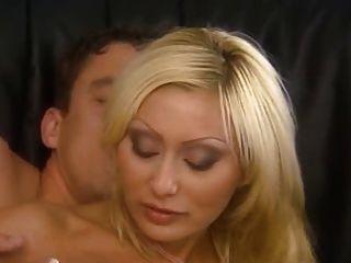 意大利白膚金發的媽媽他媽的在屁股