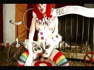 人妖小丑需要巨大的假陽具在馬戲團