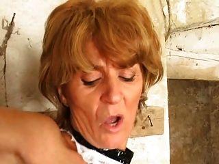 地下室成熟的小偷鞭打在屁股