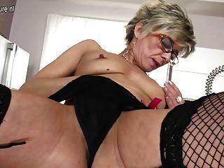 性感的老奶奶仍愛自己玩