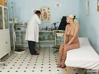 豐滿的alexa大膽的gyno考試和山雀綁架在搖晃診所
