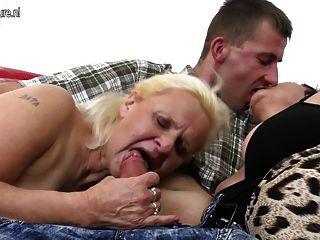 兩個祖母在三人行享受一個大公雞