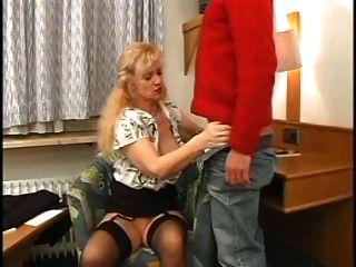 性感的媽媽n85金發成熟與一個年輕人