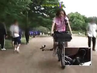 日本女學生在一輛修改過的自行車上手淫
