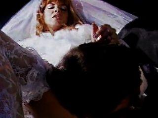 紅頭髮人新娘獲得樂趣在對教會的途中