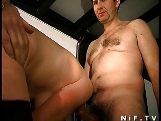 毛茸茸的法國milf得到肛門性交和麵部化在3some