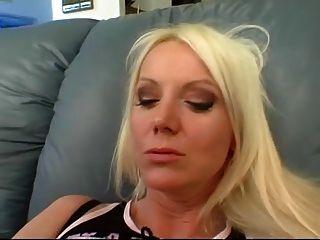 黑色怪物公雞在她的嘴和被刺穿的貓