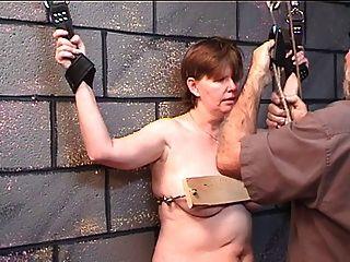 胖女人得到她的胸部釘在木頭在地牢與老主人玩