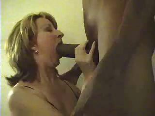 白色的妻子吸吮巨大的黑公雞