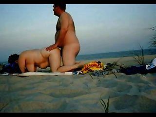 胖的夫婦在海灘上做愛