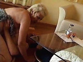 奶奶在地板上硬著頭