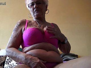 非常老德國老婆婆和她下垂的山雀
