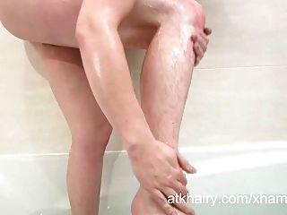 毛茸茸的珍娜得到她的陰部濕和手淫