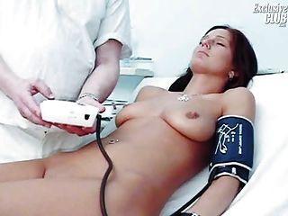 sara gyno陰部窺鏡檢查由捲毛的老醫生