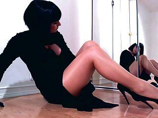 主導的女歌手戲弄閃亮的連褲襪