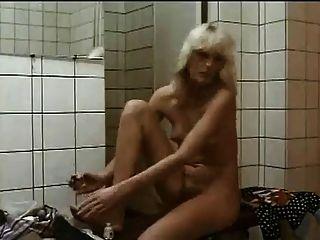 毛茸茸的女孩在淋浴