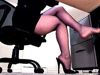 性感連褲襪腿和peeptoe騾子搖晃