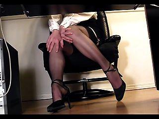 腿書呆子在書桌偷窺凸輪自慰