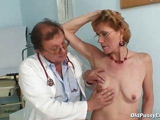 優雅的老婦人米拉需要gyno診所考試