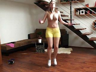 豐滿的金髮美女跳躍和顯示她彈跳大山雀