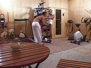他媽的在家庭健身房的一個金發碧眼的女人在鍛煉以後