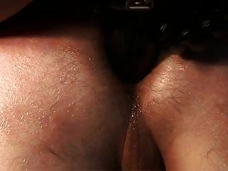 她生病了他的屁股用strapon,當他哭泣