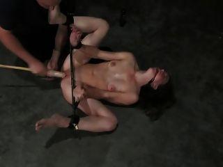 綁定屁股和假陽具性交