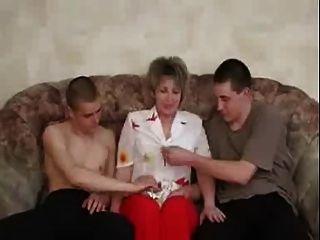 俄羅斯成熟享受與兩個男孩