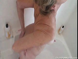 華麗的奶奶得到好,濕和肥皂在淋浴