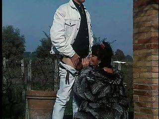 毛皮大衣的女人得到性交