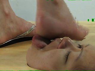 面對地板腳崇拜和臉踐踏