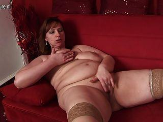 大媽媽喜歡弄濕她的沙發上