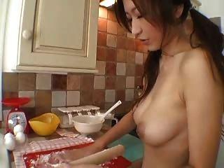 在廚房的豐滿的女孩