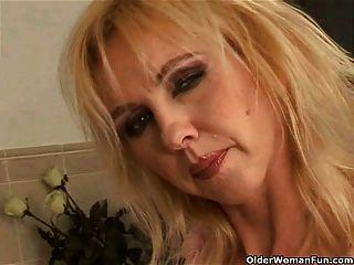 有大山雀dildoing在浴室的彎曲的老婦人