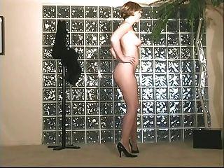 與多汁的桃紅色陰道的淺黑膚色的男人nympho傳播腿