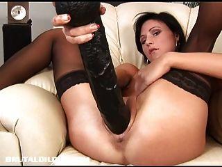paola用一個巨大的假陽具填滿她的搶奪
