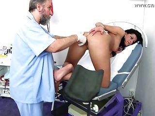 婦科醫生進行的damien gyno檢查