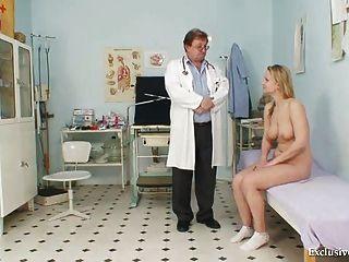 zaneta有她的陰道gyno窺器檢查由老醫生