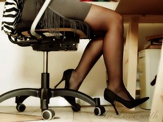 長的腿和腳和高跟鞋辦公室女孩
