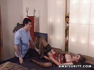 成熟的業餘妻子玩具她的屁股,得到肛門他媽的