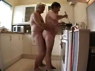 奶奶和爺爺獲得樂趣在廚房裡
