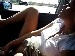 我的熱妻子在汽車中自慰。業餘公共裸體