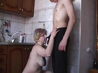 伊拉操在廚房裡