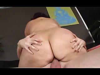 肥胖母狗與軟盤山雀得到性交