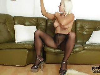 bibi fox喜歡尼龍和黑色連褲襪假陽具手淫