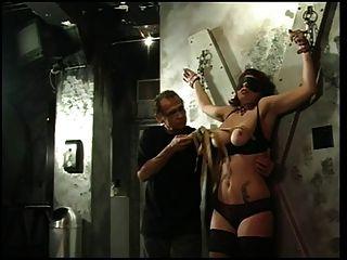 大山雀蕩婦得到她的乳房和乳頭擠壓她的主人