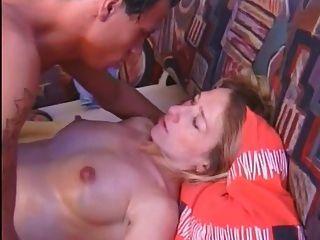 懷孕的業餘性交和暨在肚子上