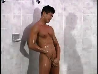 英俊的韓國人在洗澡
