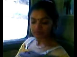 聰明成熟印度阿姨胸部顯示在車裡